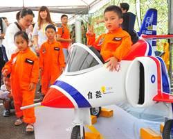 小朋友登上Q版AT3教練機 樂當小小飛行員
