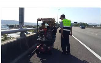 身障女騎四輪車誤上國道 警察步行護送
