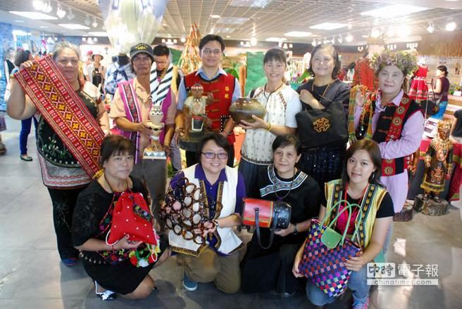 今天是原住民日,原住民部落工場展出「豐禾日麗」展,展出12名工藝師的「豐收」作品。(吳江泉攝)