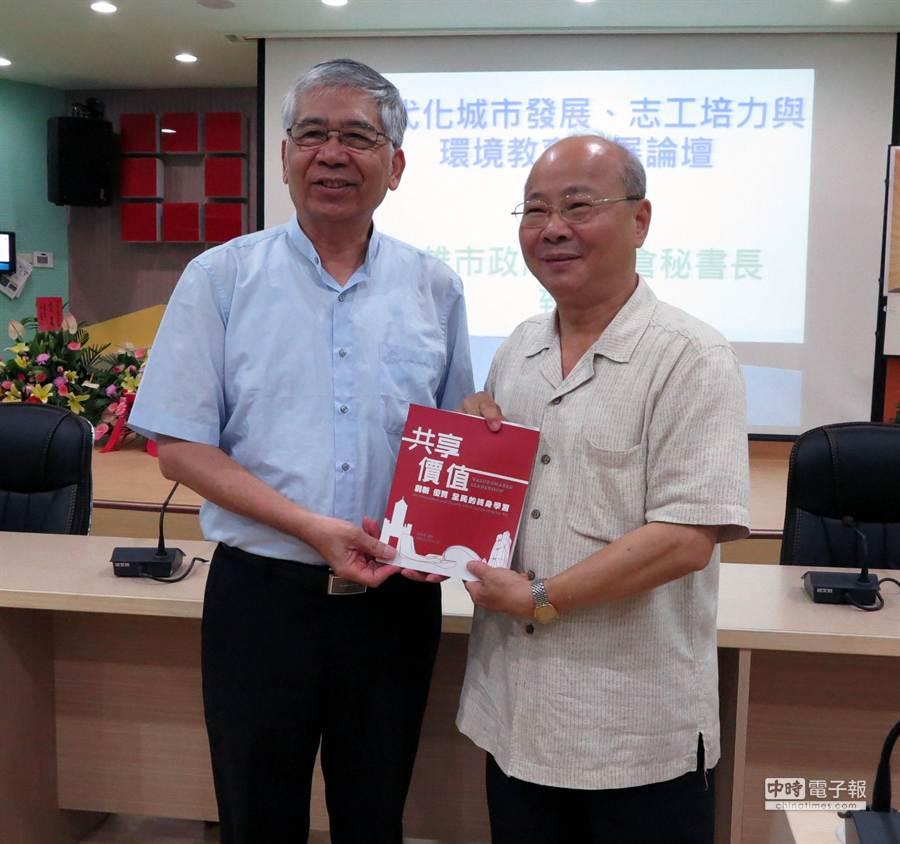 高雄市立空中大學校長張惠博(左)與市府祕書長李瑞倉(右)期許現代化城市發展論壇提出城市安全發展建言。(吳江泉攝)