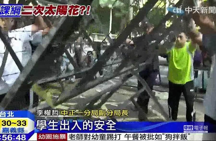 警方撤除拒馬/圖截自中天新聞