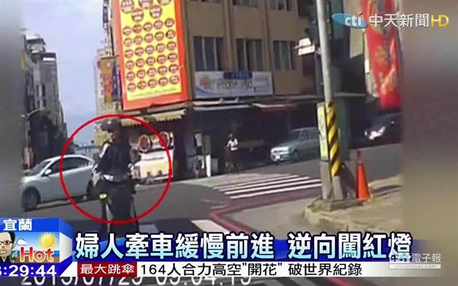 婦人中暑撞轎車/圖截自中天新聞