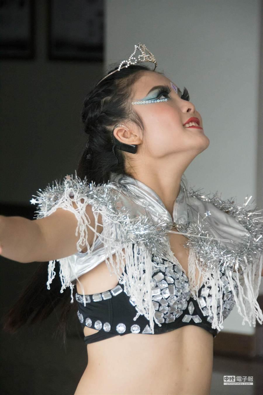 林欣霓舞步跳在節奏上,展現過人自信,旁人不注意還無法察覺她右耳戴著人工電子耳。(林宏聰攝)