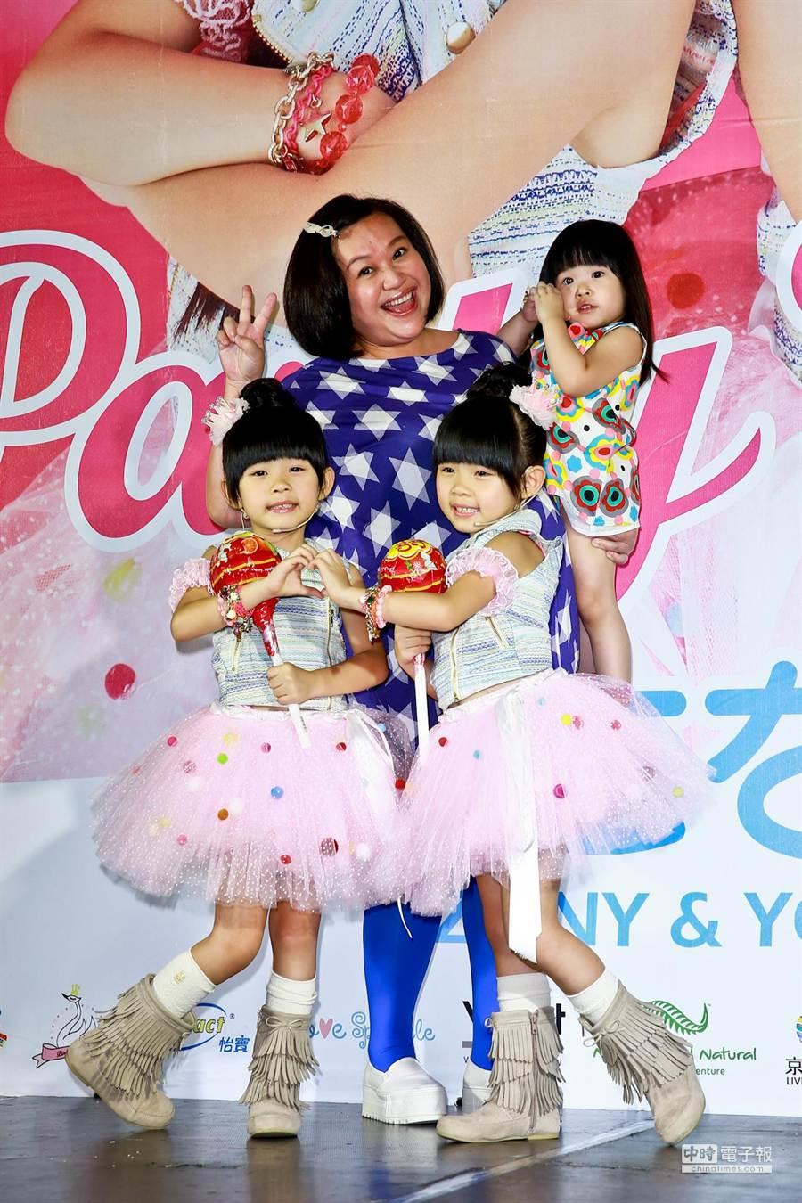 鍾欣凌媽媽與女兒帶來超大支的粉紅棒棒糖到現場幫左右加油打氣。(林弘斌攝)