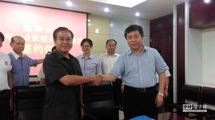 前方握手者:左為中華兩岸企業發展聯合總會長林國棟,右為山東濟陽縣長王壯。(陳邦鈺)