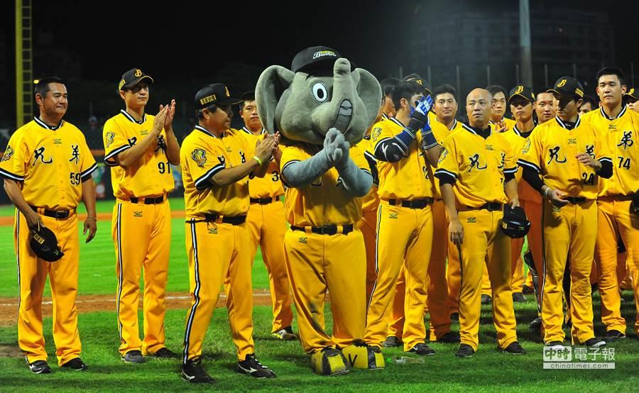中華職棒中信兄弟隊吉祥物傑米(中)1日在新莊球場舉行引退儀式,中信兄弟全隊球員們一起與吉祥物傑米合影,並一一擊掌歡送傑米。(劉宗龍攝)
