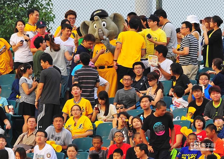 中華職棒中信兄弟隊吉祥物傑米(後中)1日在新莊球場舉行引退儀式,吉祥物傑米走到觀眾席向球迷們道別。(劉宗龍攝)