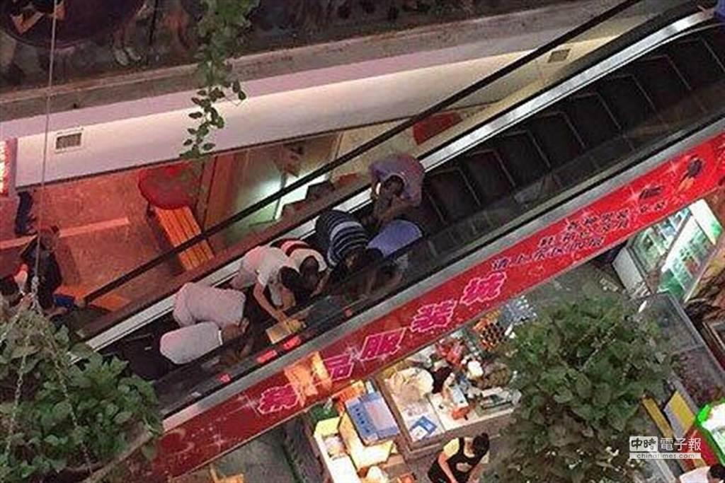 北京又見手扶梯吃人事件,1名男童右腳被夾入休克送醫。(圖取自新京報)