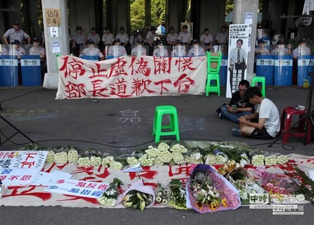 反課綱微調學生2日持續在教育部前靜坐抗議,要求撤銷新版微調課綱,部長道歉下台,警方仍持續警戒。(王錦河攝)