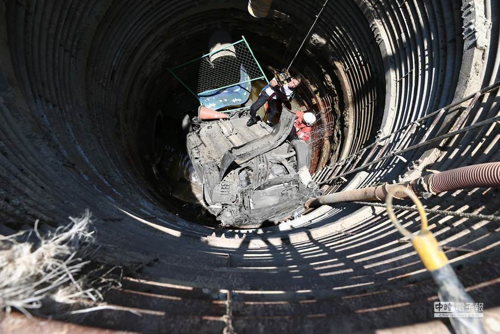 黃男從地下水道涵洞被救出。(徐養齡攝)