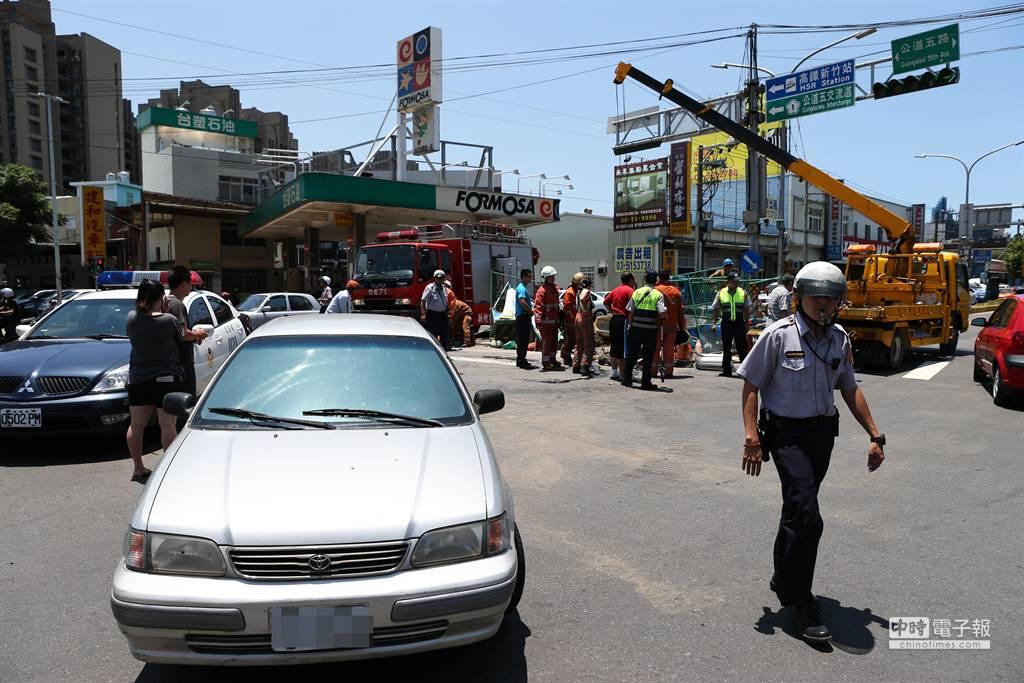 疑似倒車撞上黃男的陳姓母子(左)站在路旁關心救援情形。(徐養齡攝)