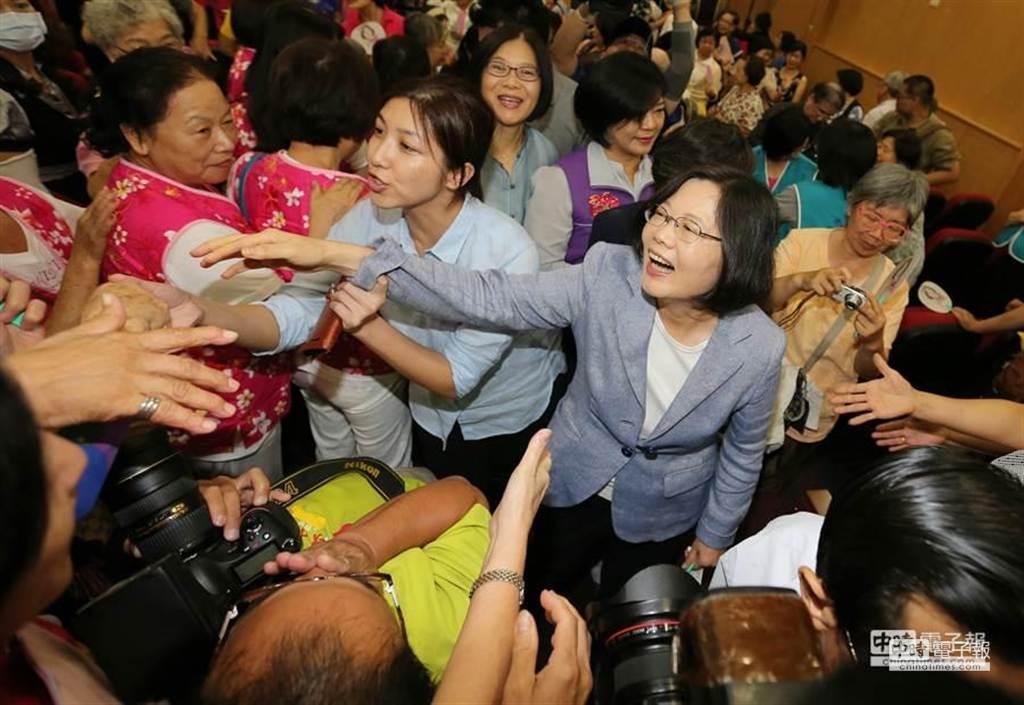 蔡英文出席「蔡英文客家女性後援會成立大會」受到支持者熱情歡迎,她表示,現階段處理課綱問題最好的方法,就是立法院召開臨時會。(黃世麒攝)