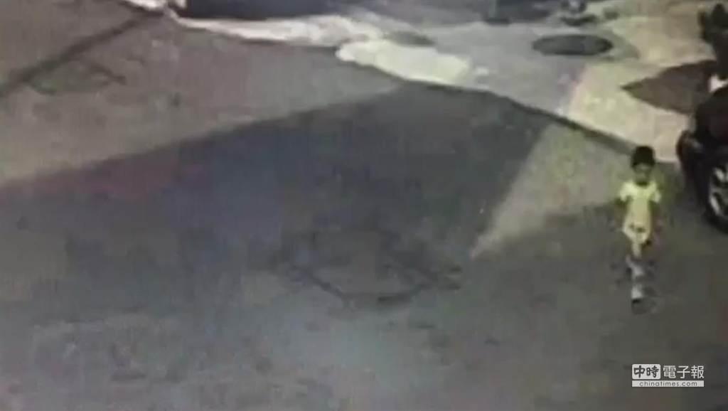 新北市五股區2歲洪姓男童,今上午7時許被民眾發現隻身遊蕩五股區工商路。(張靜婷翻攝)