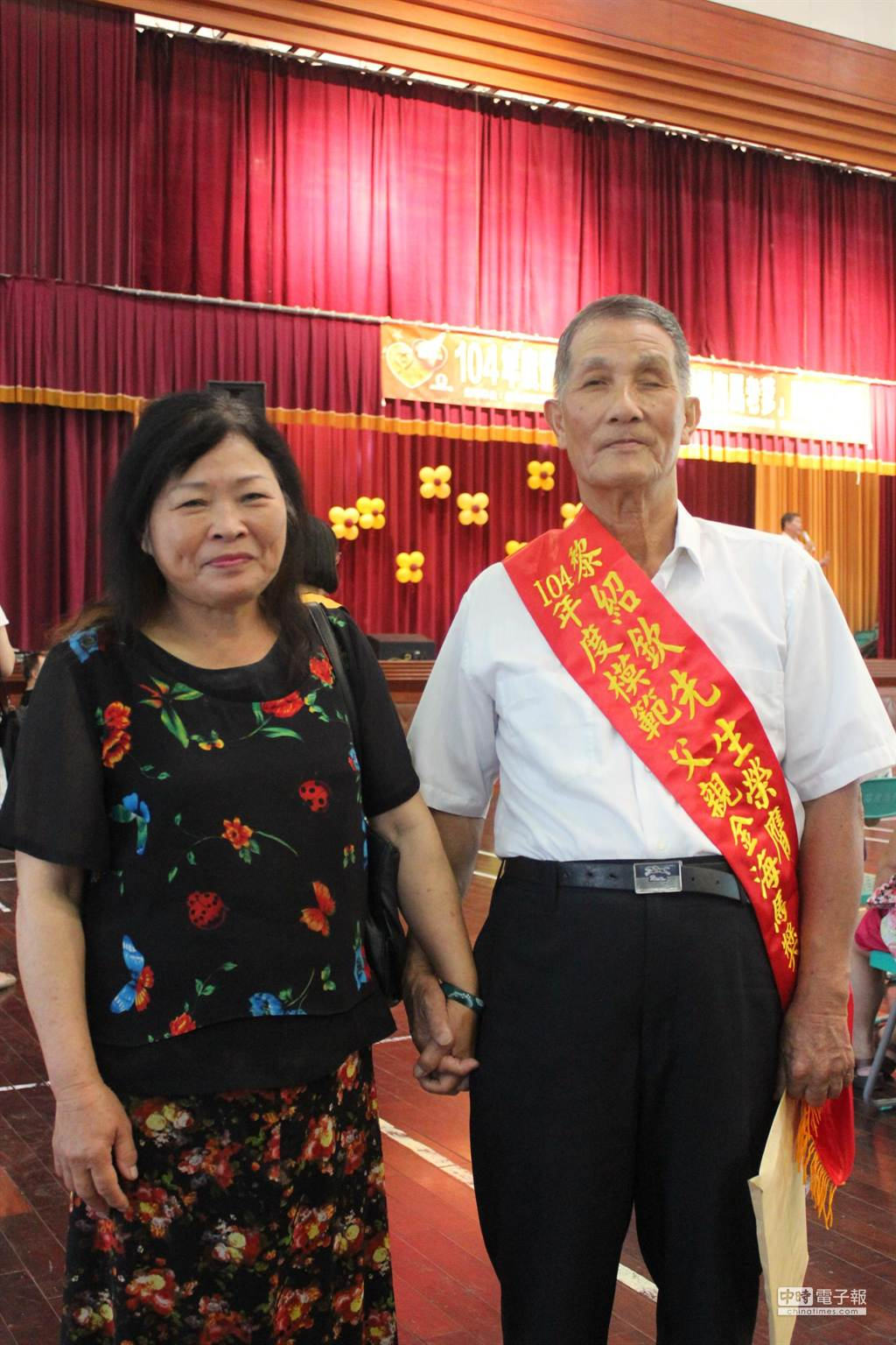 黎紹欽(右)與太太45年來照顧有智能障礙的女兒,無怨無悔的付出,獲表揚超級海馬老爹。(黎薇攝)