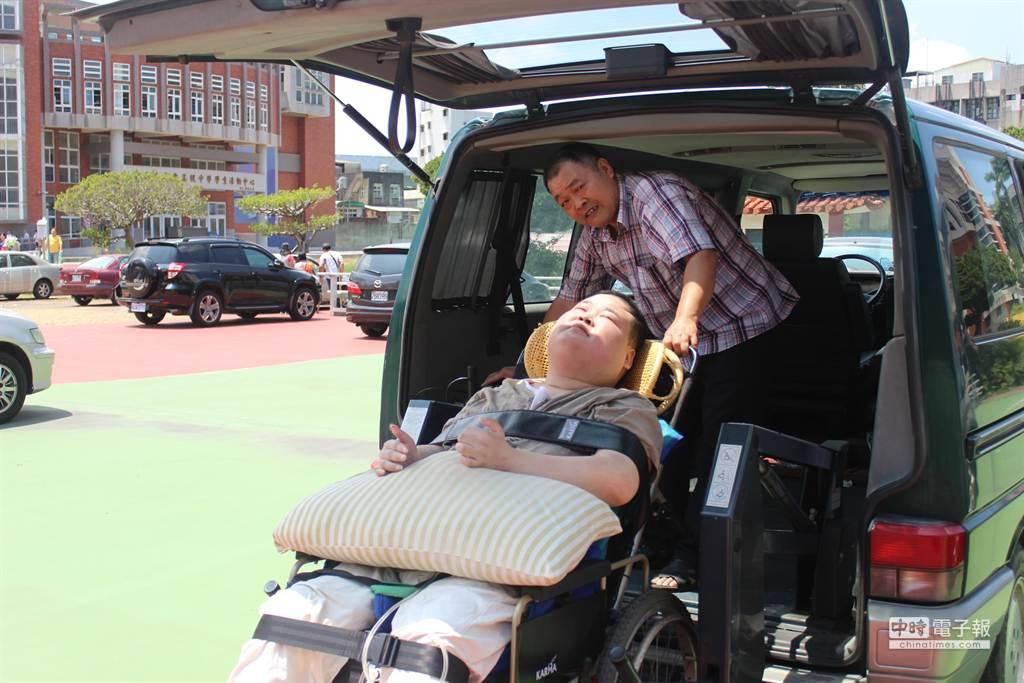 丁玉燕13年來一手照顧頸椎以下癱瘓的兒子,特別在箱型車加裝輪椅升降機,讓坐輪椅的兒子上下車。(黎薇攝)