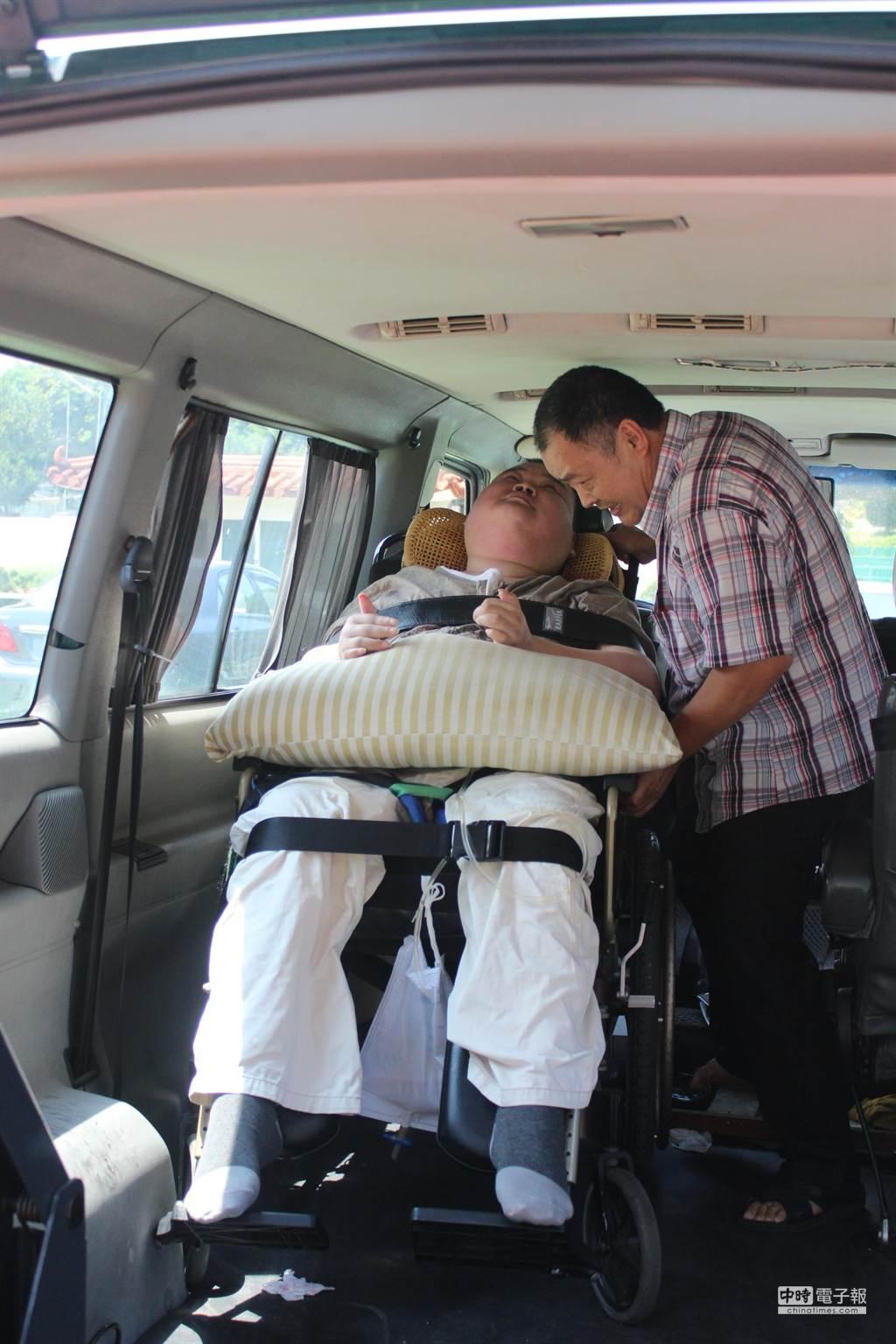 丁玉燕13年來一手照顧頸椎以下癱瘓的兒子,讓坐輪椅的兒子也能坐的舒服。(黎薇攝)