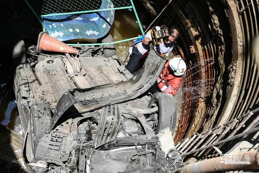 黃姓男子連人帶車墜入深約8公尺涵洞中。(徐養齡攝)