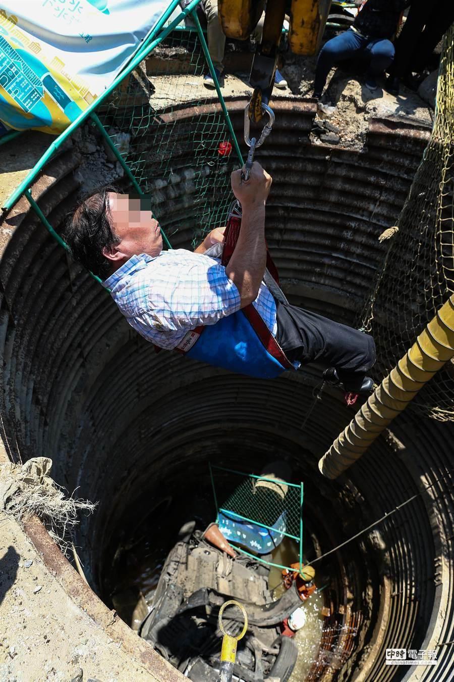 黃男從地下水道涵洞被救出,幸運僅受輕傷。(徐養齡攝)