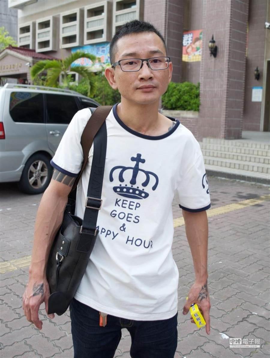 爆料涂醒哲上色情養生館的男子簡俊平,1日凌晨在嘉義縣大林鎮,朝某民宅2樓窗戶開了2槍,今下午3點半主動向警方投案。(陳俞霈攝)