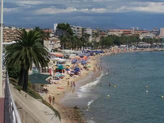 15萬法人抗議關海灘 沙王取消度假