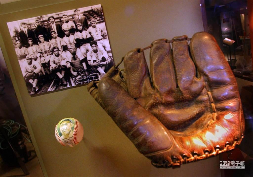 棒球史上最老投手佩吉所使用過的手套。(美聯社)