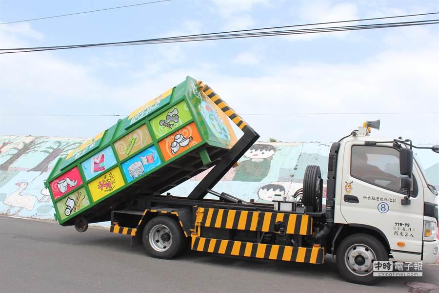 鹿港鎮公所清潔隊已打造2座具垃圾分類功能的彩繪垃圾子車。(吳敏菁攝)