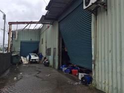 印刷廠屋頂遭吹走 老闆攜家帶眷16人求警協助