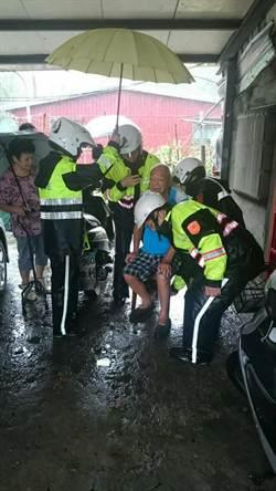 福星路土石流 4警抬椅救出9旬翁
