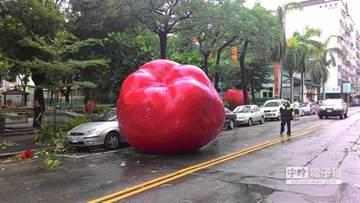 颱風天巨人出來玩?街頭驚現超巨大保齡球瓶