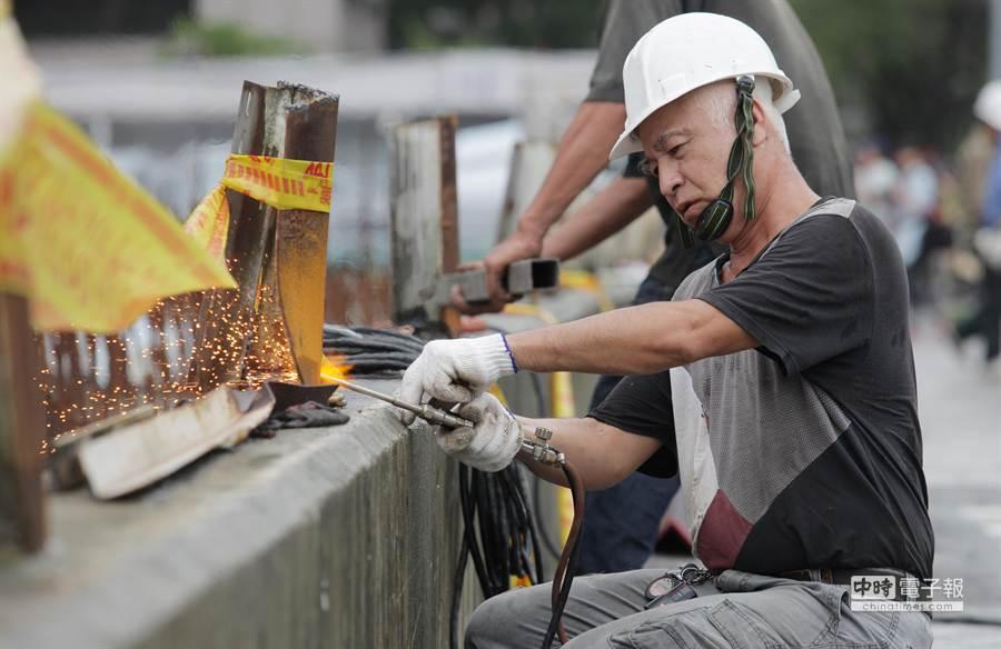 受中颱蘇迪勒影響,遠雄大巨蛋的屋頂、工地鷹架及圍籬都被吹落,工地旁的道路上午實施交通管制,工人目前正在全力修復當中。(楊兆元攝)