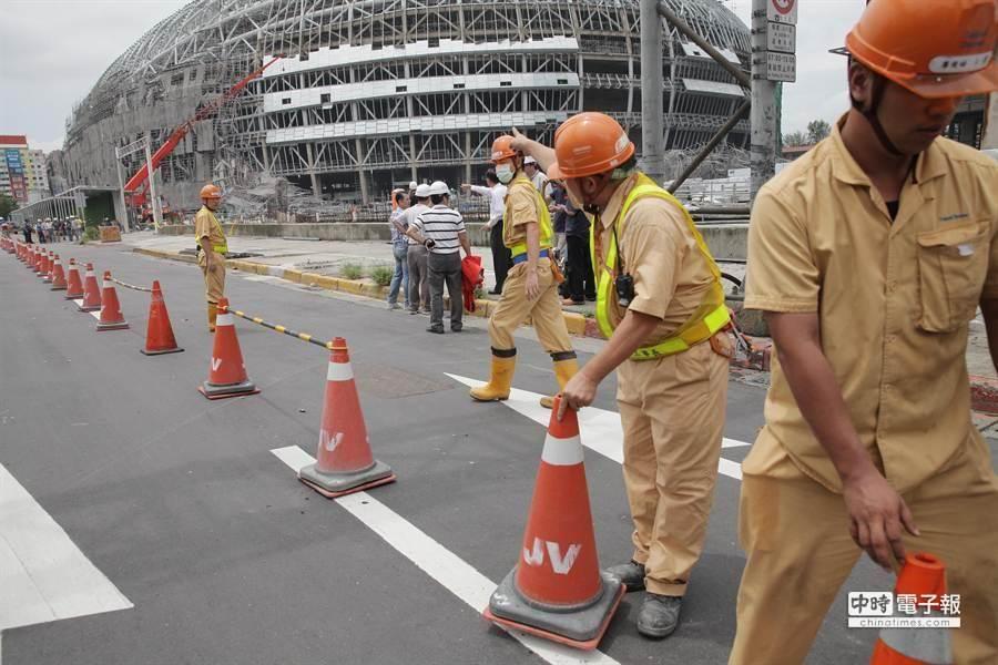 目前交通管制僅剩西向最右線車道,工人擺出三角錐將最右線隔開。(楊兆元攝)