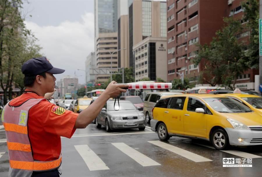 受中颱蘇迪勒影響,遠雄大巨蛋的屋頂、工地鷹架及圍籬都被吹落,工地旁的道路上午實施交通管制。(楊兆元攝)