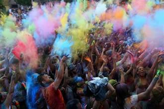西班牙開彩虹趴 狂灑彩色粉末