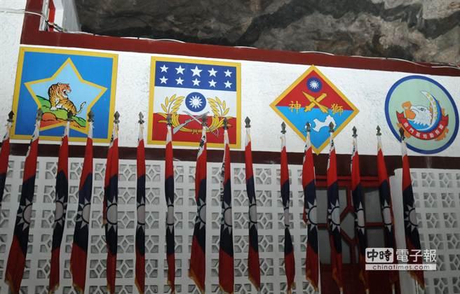 擎天廳豎立軍旗和標幟,象徵國軍堅強毅力和榮譽。(李金生攝)