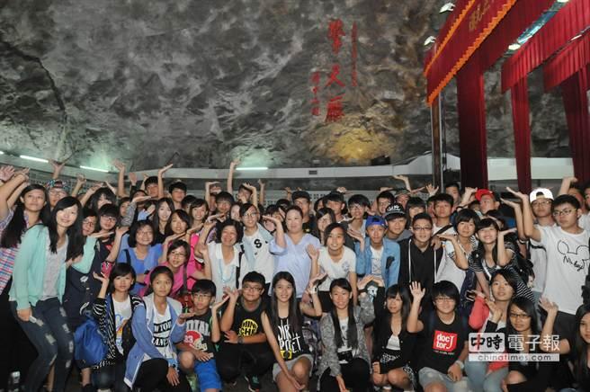 「2015台灣青少年三明夏令營」學員參訪擎天廳,留下金門行難忘回憶。(李金生攝)
