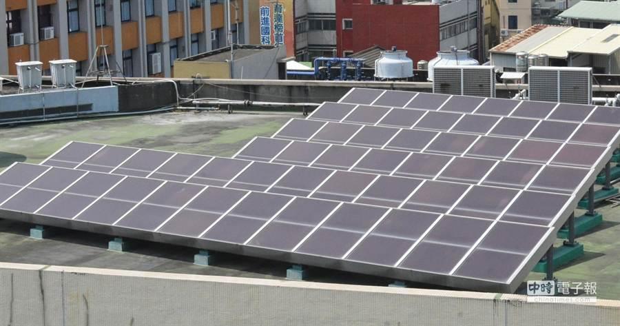 彰化縣閒置校舍樓頂也要來設太陽光電板囉。(吳敏菁攝)