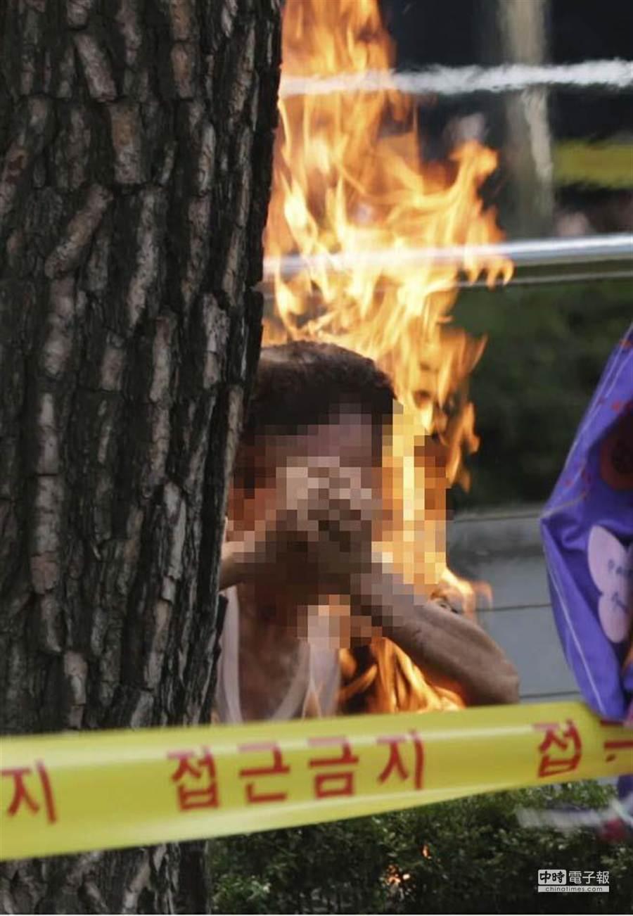 韓國慰安婦問題對策協會12日在首爾的日本大使館前舉行示威抗議,一名81歲韓國籍男子突然自焚。(美聯社)