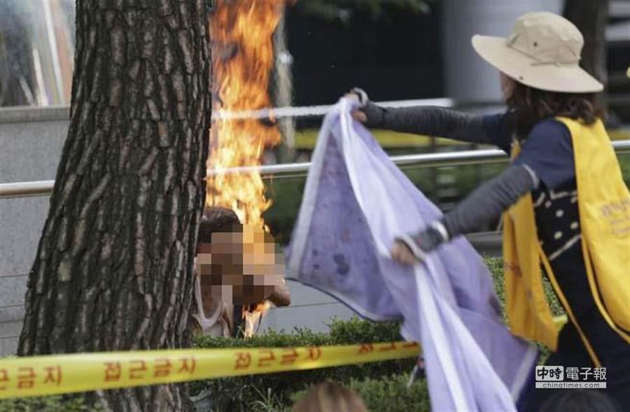 81歲韓國籍男子突然自焚,並要求日本為二戰慰安婦問題道歉。(美聯社)