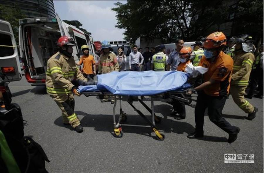 示威民眾與救援人員迅速滅火,並將老翁送醫。(美聯社)