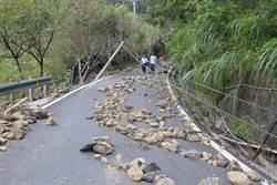 烏來區西羅岸路 路基塌陷電桿倒塌