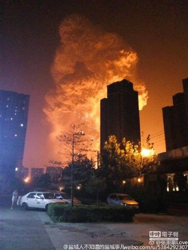 大陸天津濱海新區開發區13日凌晨發生劇烈爆炸,現場升起蘑菇雲。(摘自新浪微博)