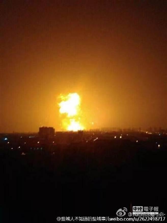 爆炸刺目火光,劃破漆黑天際。(取自微博)