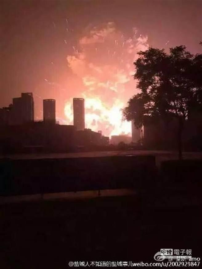天津爆炸,升起怵目驚心火光。(取自微博)