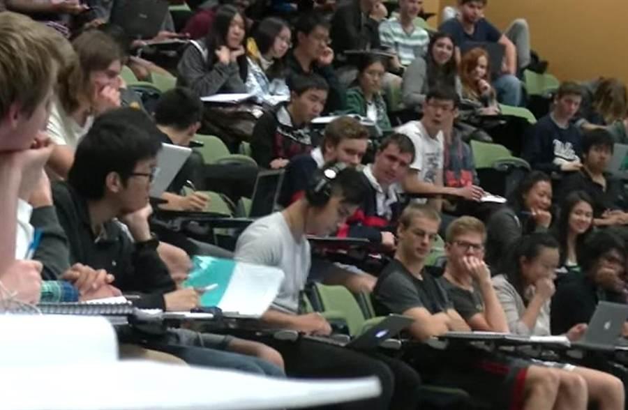 學生上課偷看A片忘了插耳機(圖片取自 YouTube/Jamie Zhu)