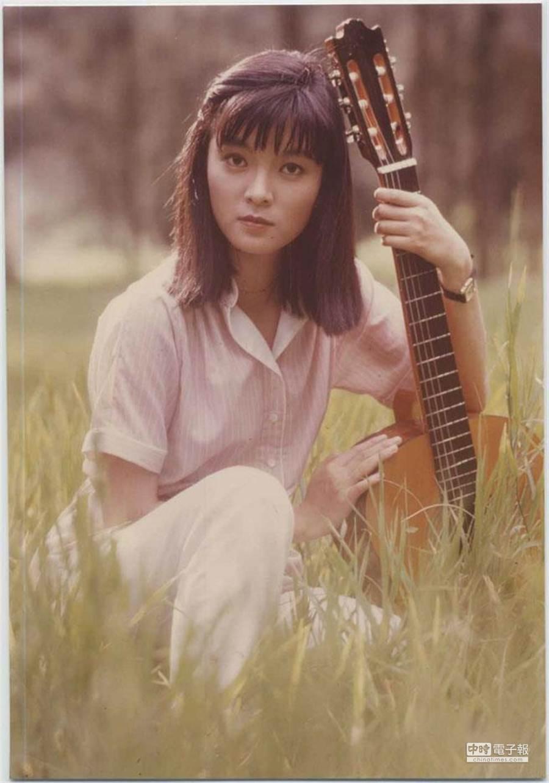 銀霞給人的印象清新脫俗,抱著吉他的模樣,讓許多人永生難忘。(圖/本報系資料照片)
