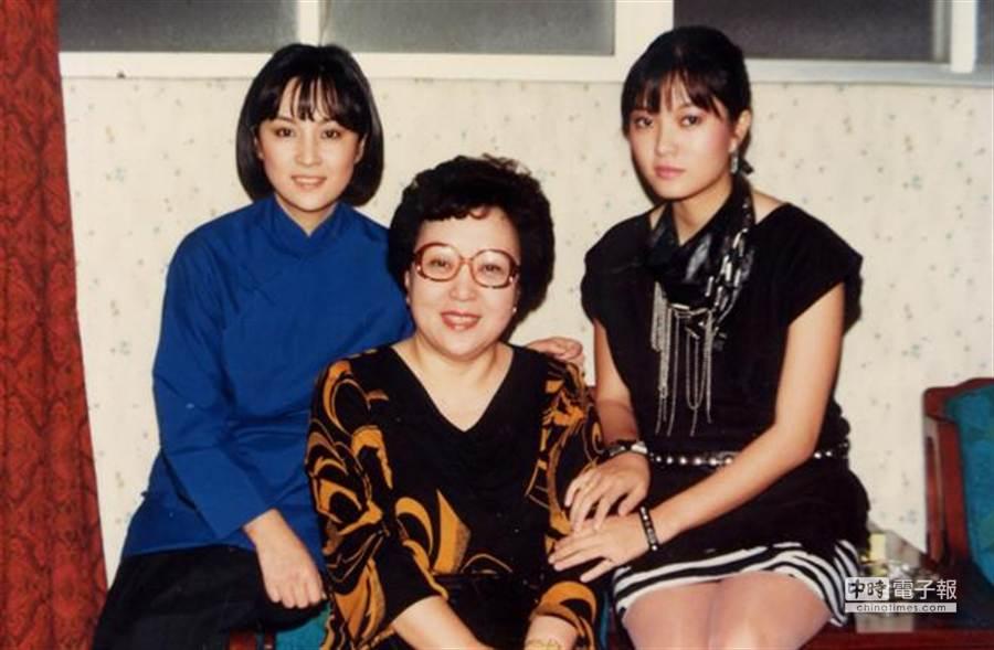 銀霞(右)、甄珍(左)與母親合影。 (圖/本報系資料照片 陳炳坤攝)