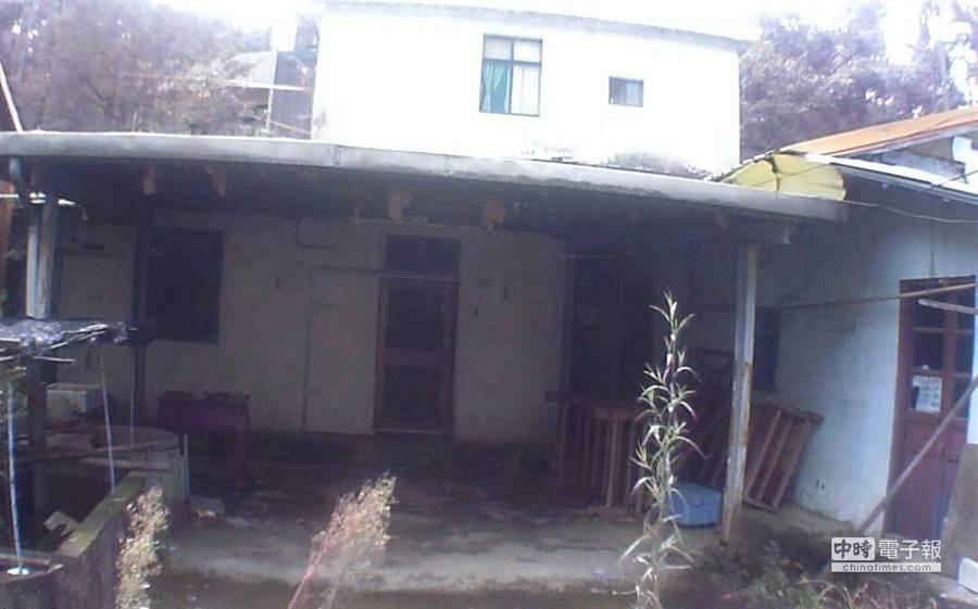 新竹縣林姓女子在鬼門開這天,竟回到無人居住的古厝燒炭輕生。(陳育賢翻攝)