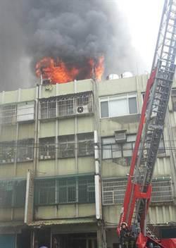 桃園市府園區旁民宅火警 警消搶救中