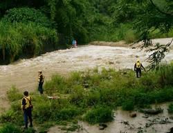 未留意暴雨預報 男女釣客受困溪畔