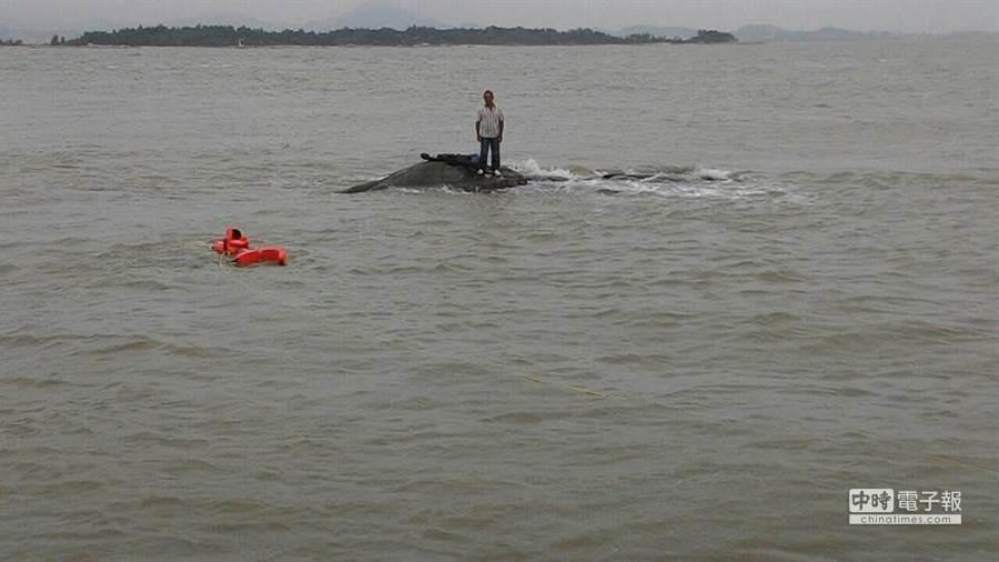 洪姓釣客受困礁石,情況十分危急。(翻攝自金門岸巡臉書)